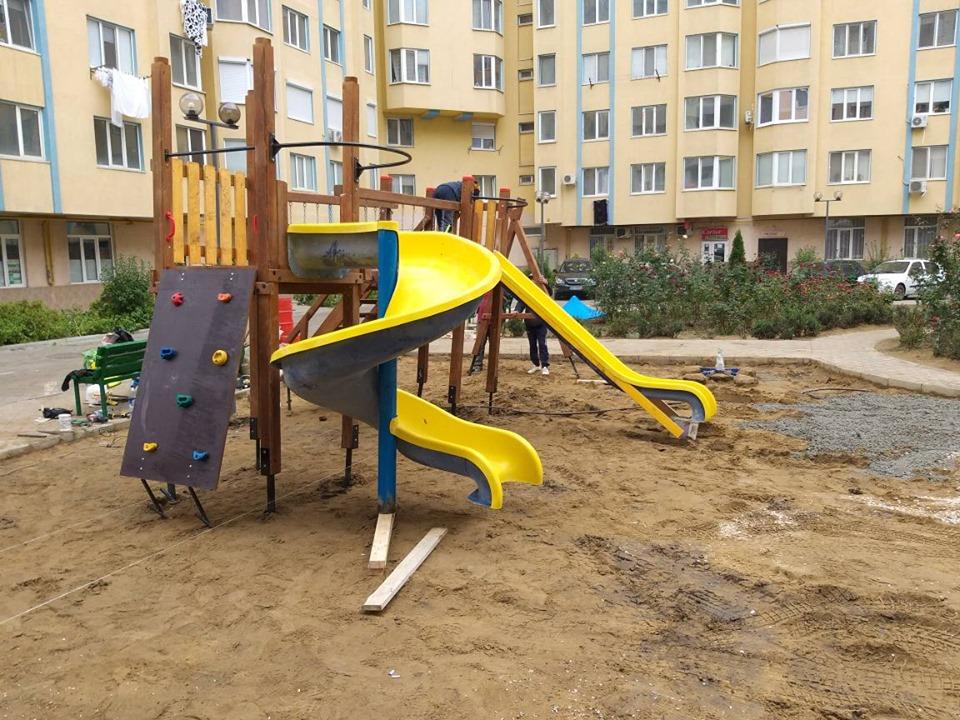 Благоустройство дворов продолжается: новую площадку для детей устанавливают на Ботанике (ФОТО)