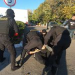 Потребовал 10 тысяч долларов, угрожая расправой: правоохранители задержали подозреваемого в шантаже (ВИДЕО)