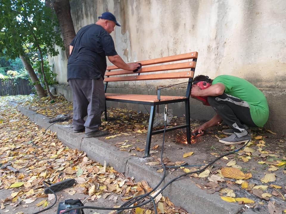 Благоустройство столичных дворов продолжается: 50 новых скамеек появятся на Ботанике к концу месяца (ФОТО)
