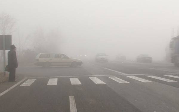 Водителей и пешеходов призывают к осторожности: движение по дорогам осложнено из-за туманов