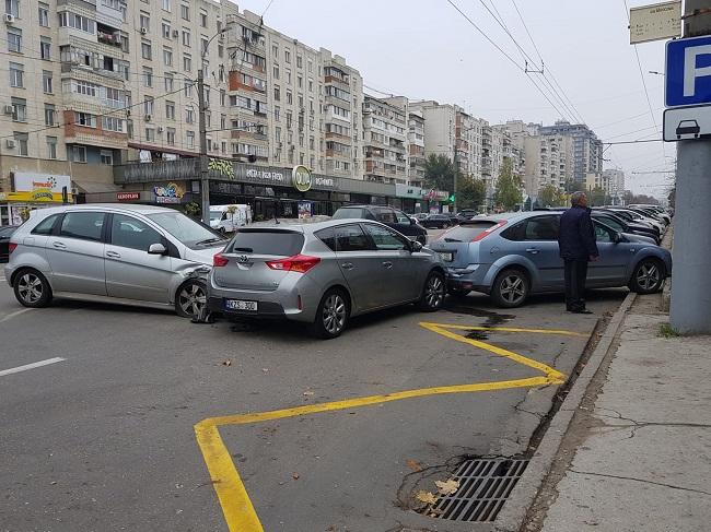 Цепное ДТП в столице: столкнулись три машины (ФОТО)