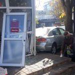 Вместо тормоза – на газ: водитель «Хонды» неудачно «припарковался», въехав в киоск (ФОТО)