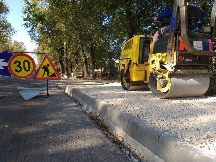 На Новобачойской улице идут к завершению работы по укладке тротуара (ФОТО)