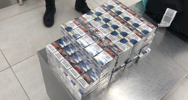 Партию нелегальных сигарет и фальшивый документ изъяли у иностранцев в столичном аэропорту