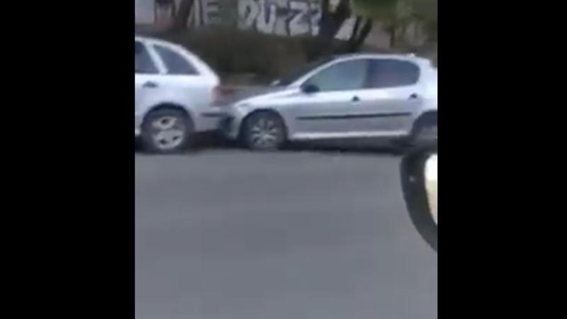 Несколько припаркованных авто пострадали в результате аварии на Рышкановке