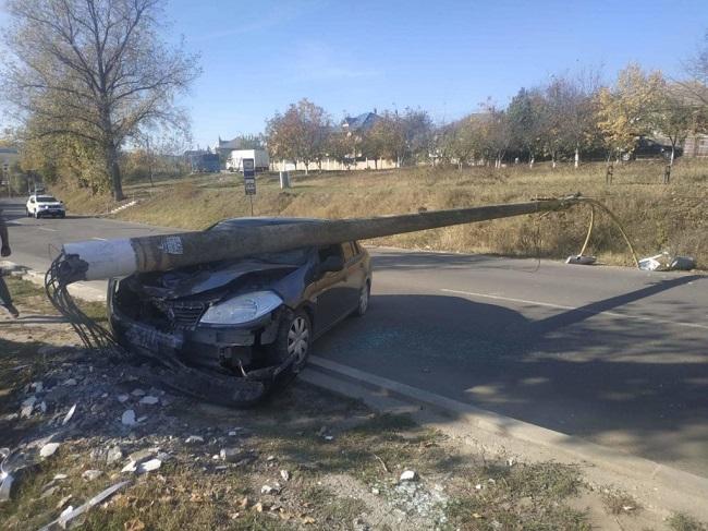 В Хынчештах автомобиль врезался в столб: опора упала на машину (ФОТО)