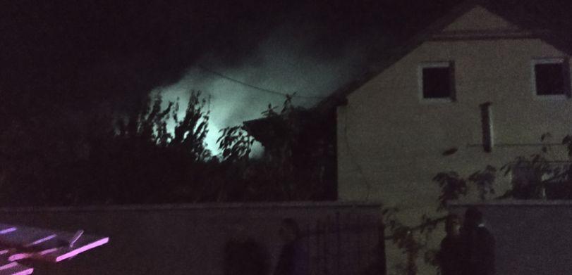 В Бельцах загорелся частный дом: огонь тушили два пожарных расчёта (ВИДЕО)