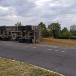 В Бендерах перевернулся грузовик, полный песка (ФОТО, ВИДЕО)
