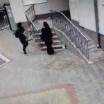 Ни стыда, ни совести: две девушки выбросили мусор перед подъездом (ВИДЕО)