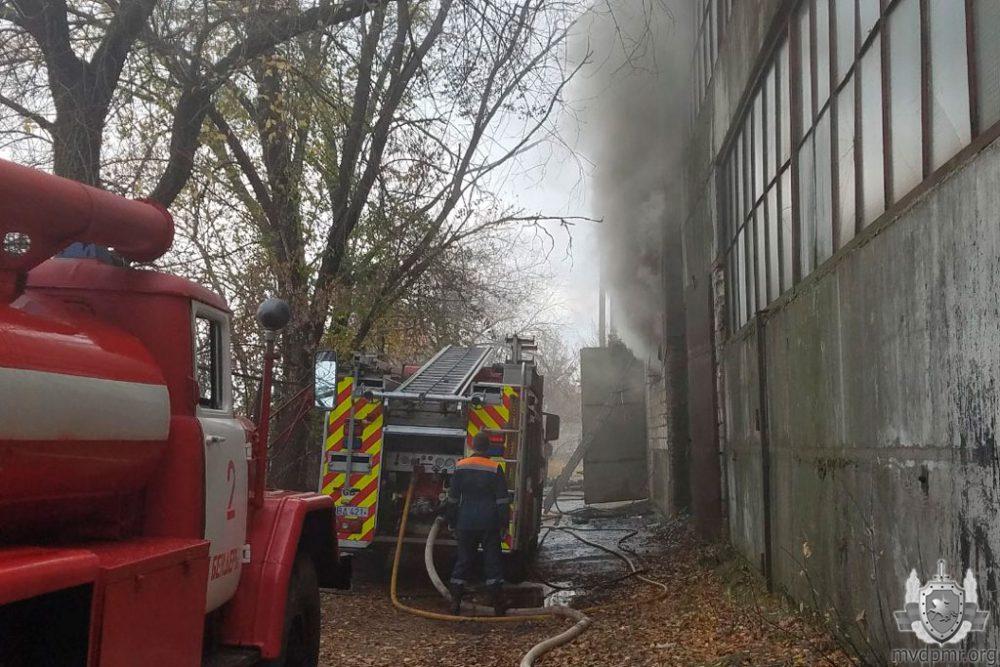 Пожар в Бендерах: спасатели тушили обувной склад (ФОТО)
