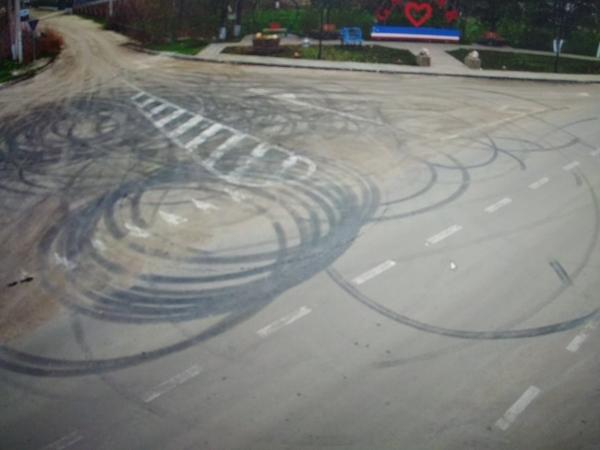 Водители устроили дрифт и гонки на недавно отремонтированной улице в селе Гайдар и разбили бордюры: полиция ищет хулиганов (ВИДЕО)