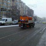 Дорожные службы распределили около 60 тонн противоскользящего материала на улицах столицы