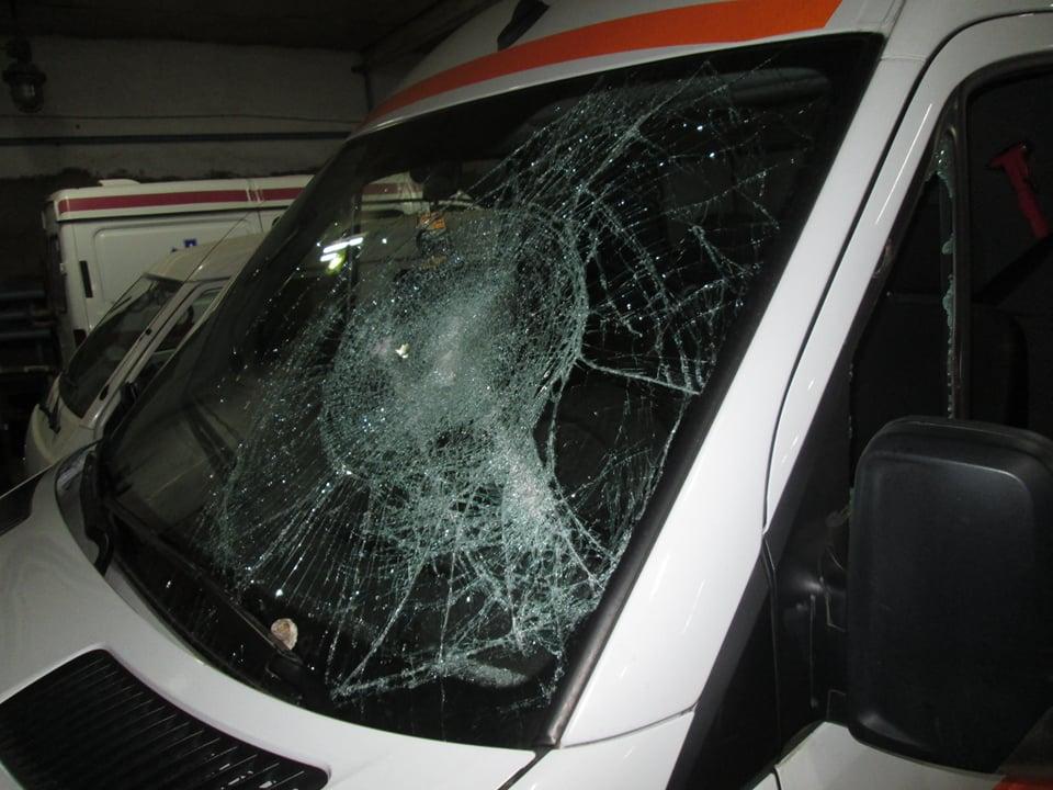 Чудовищный случай в столице: злоумышленник повредил машину скорой помощи и избил водителя (ФОТО)