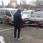 """Три автомобиля """"поцеловались"""" в центре столицы: момент ДТП попал на камеру видеонаблюдения (ВИДЕО)"""