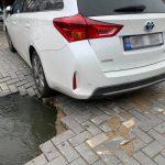 Вместо асфальта - кратер: в центре города автомобиль едва не провалился в яму (ВИДЕО)