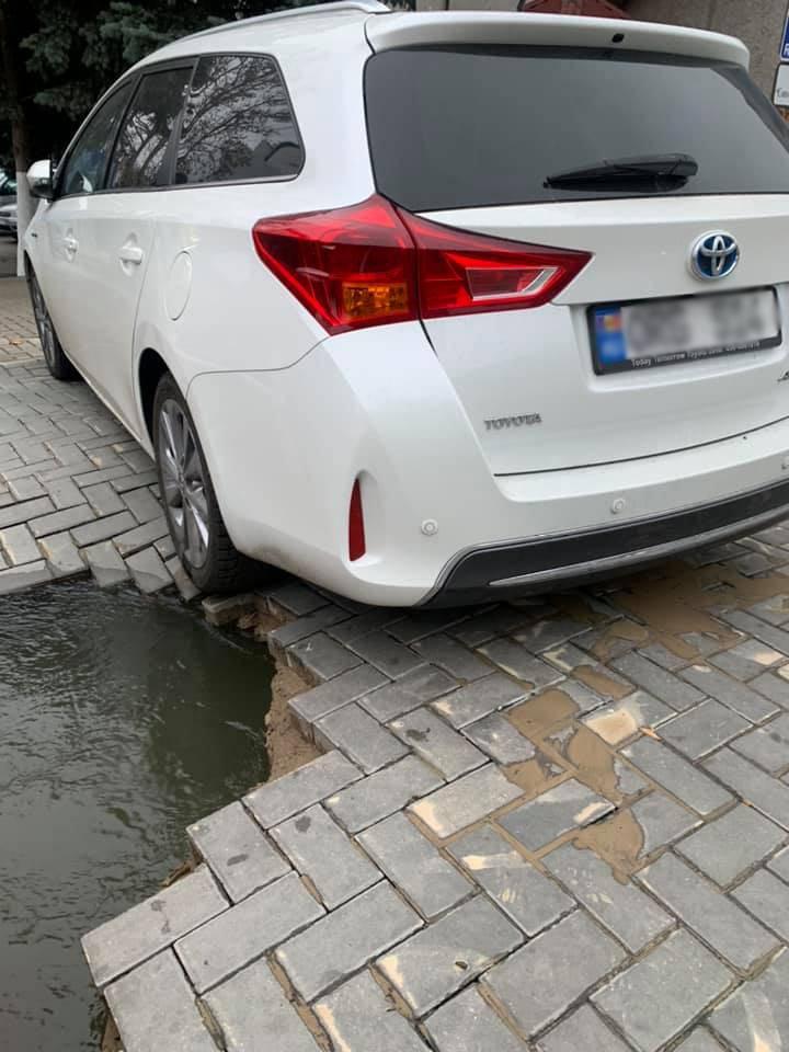 Вместо асфальта – кратер: в центре города автомобиль едва не провалился в яму (ВИДЕО)