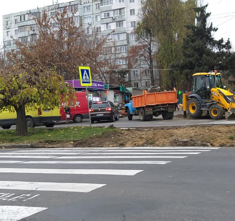 На Ботанике ремонтируют пешеходный переход на оживленном перекрестке (ФОТО)