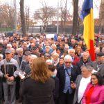 Сторонники Санду принесли на митинг к зданию парламента флаг Румынии