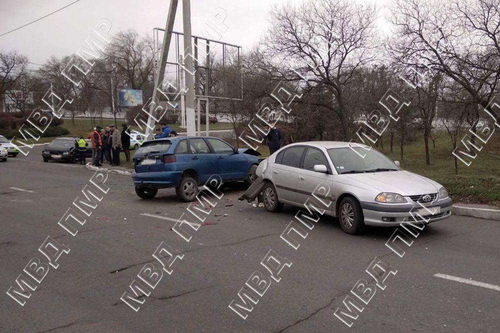 Две подряд аварии произошли в Бендерах у поста ГАИ
