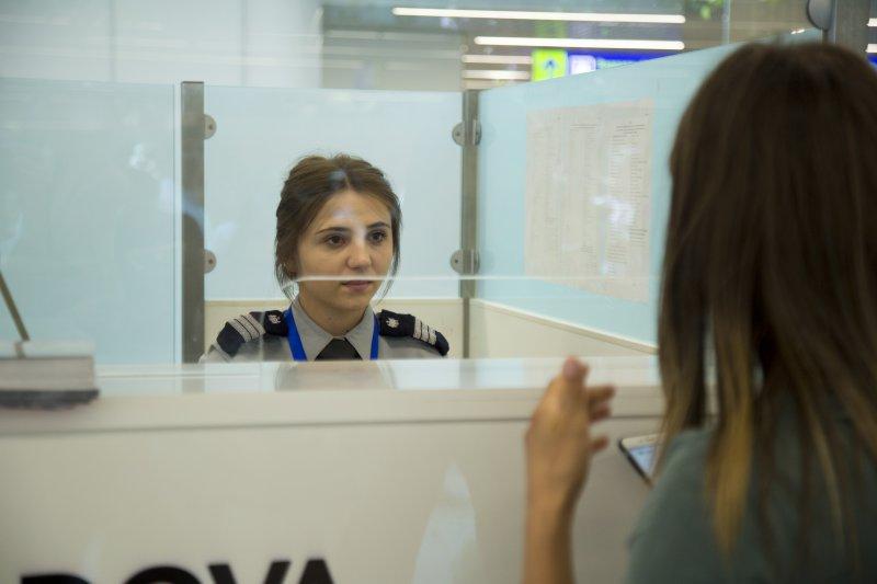 Поддельные документы и запрещённые предметы: какие нарушения обнаружили пограничники в столичном аэропорту