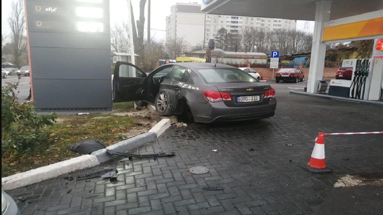 """Серьёзная авария на Телецентре: один из автомобилей """"вылетел"""" на заправку (ФОТО)"""