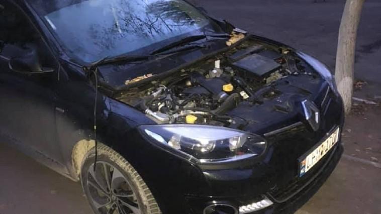 В столице воры оставили припаркованное авто без капота (ФОТО)