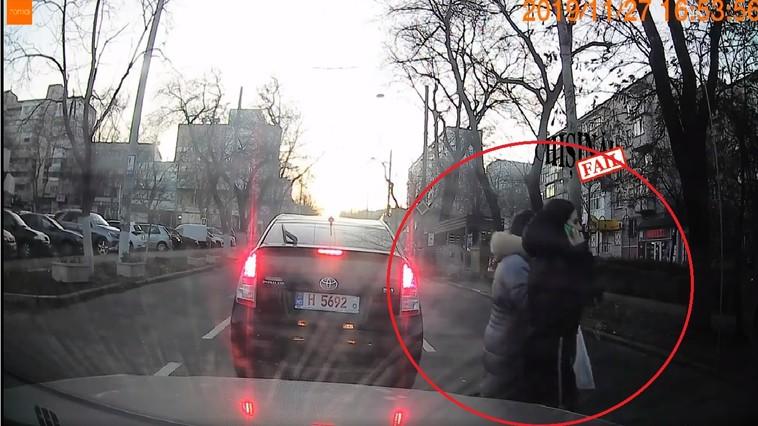 В Кишинёве девушек, перебегавших дорогу в неположенном месте, сбила машина: момент попал на камеру (ВИДЕО)