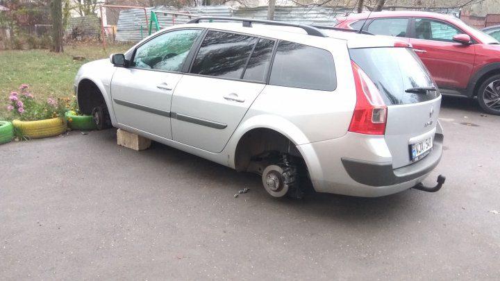 На Телецентре припаркованный автомобиль остался без колёс (ФОТО)