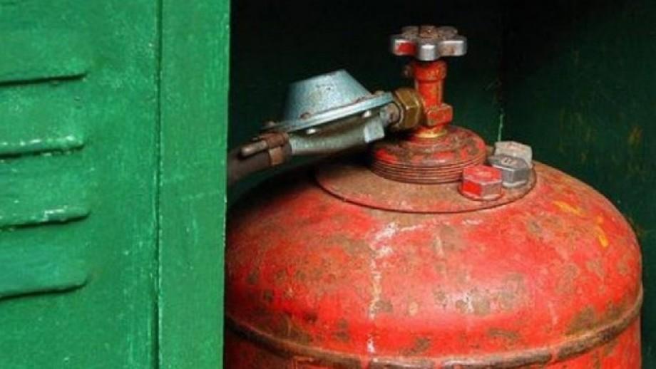 Опасность взрыва: спасатели вынесли газовый баллон из жилого дома на Ботанике