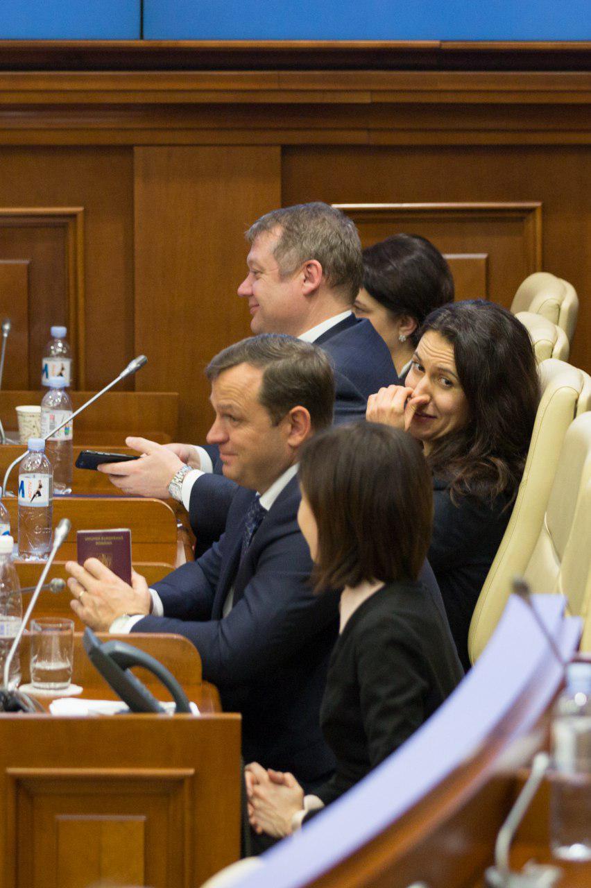 """""""Готовит отходные пути?"""". Нэстасе """"засветил"""" в парламенте румынский паспорт"""