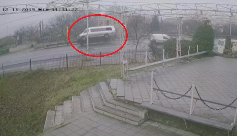 В Пересечино в результате ДТП едва не перевернулся микроавтобус с пассажирами: момент попал на камеру (ВИДЕО)