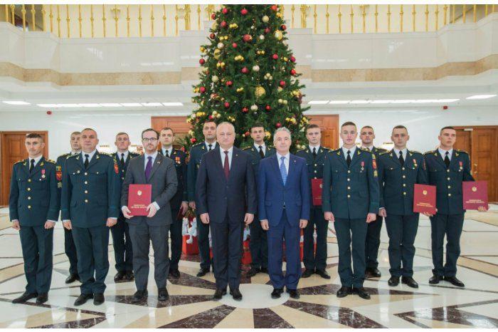 Группе военнослужащих вручены высокие госнаграды и почетные дипломы