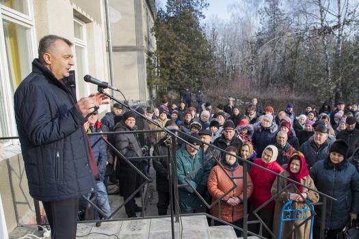 Премьер провел прием жителей села Дрепкэуць, выслушал их проблемы и пообещал найти решения