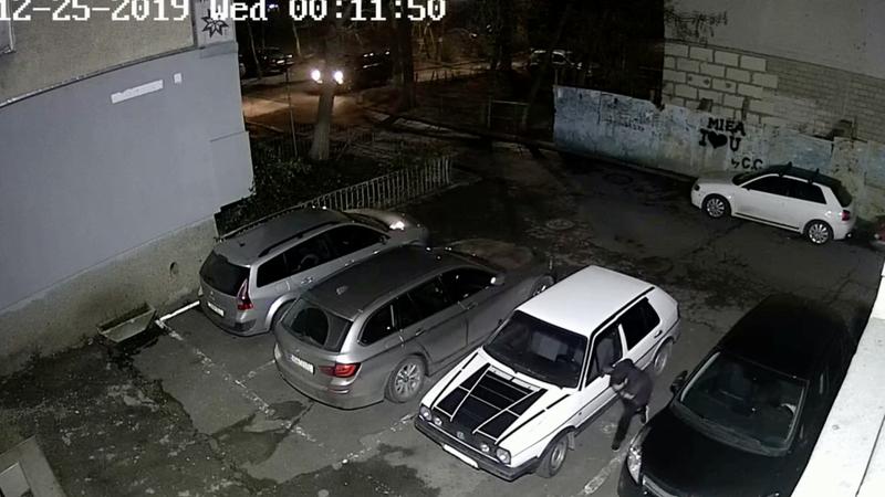 На Ботанике вор обчистил припаркованную во дворе машину: момент кражи попал на камеру (ВИДЕО)