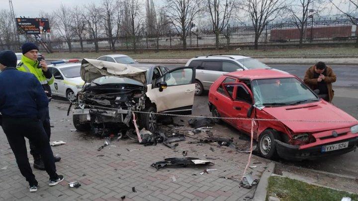 """Жуткое ДТП на Албишоаре: машины """"всмятку"""", двое раненых (ФОТО)"""