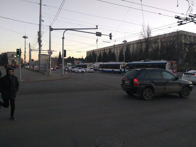 Внимание! В центре Кишинёва встали десятки троллейбусов (ФОТО)