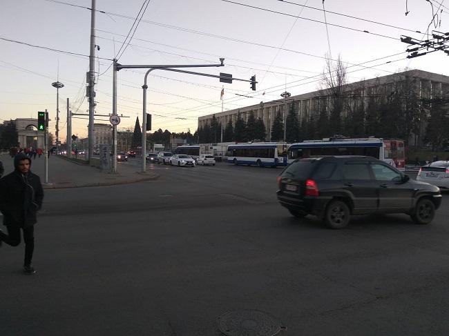 Внимание! В центре Кишинёва встали десятки троллейбусов