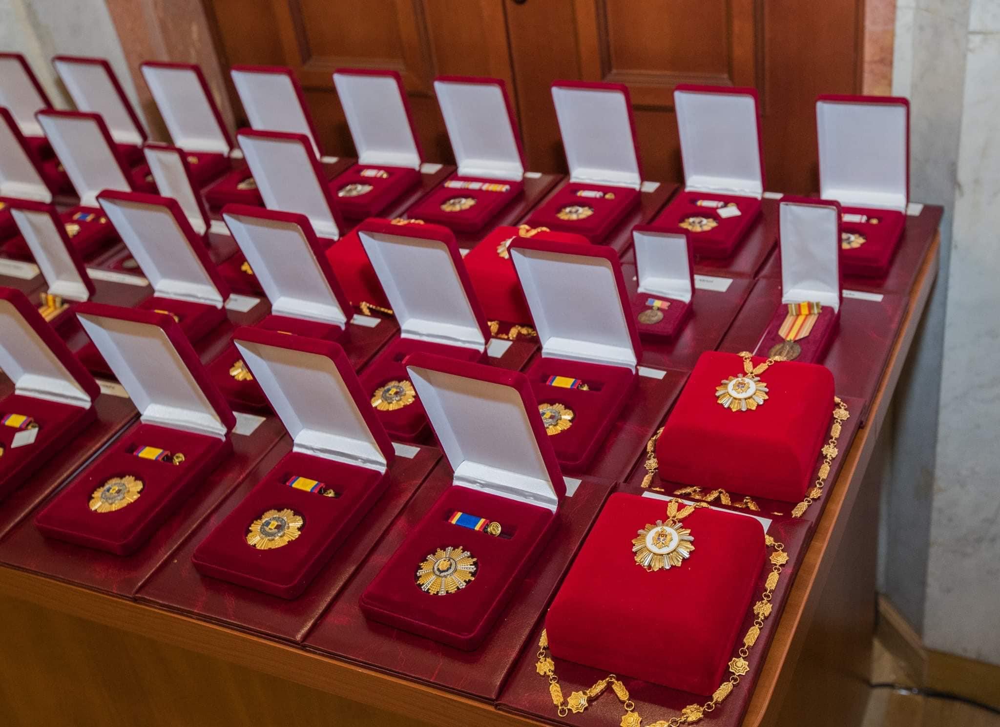 За особые заслуги перед государством и многолетний труд: президент вручил награды группе граждан (ФОТО, ВИДЕО)