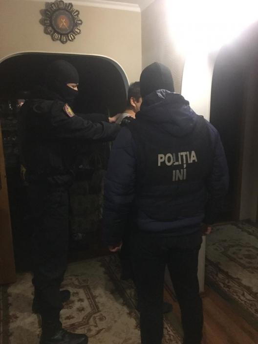 Обокрали компанию на полмиллиона леев: правоохранители задержали двоих подозреваемых (ФОТО, ВИДЕО)