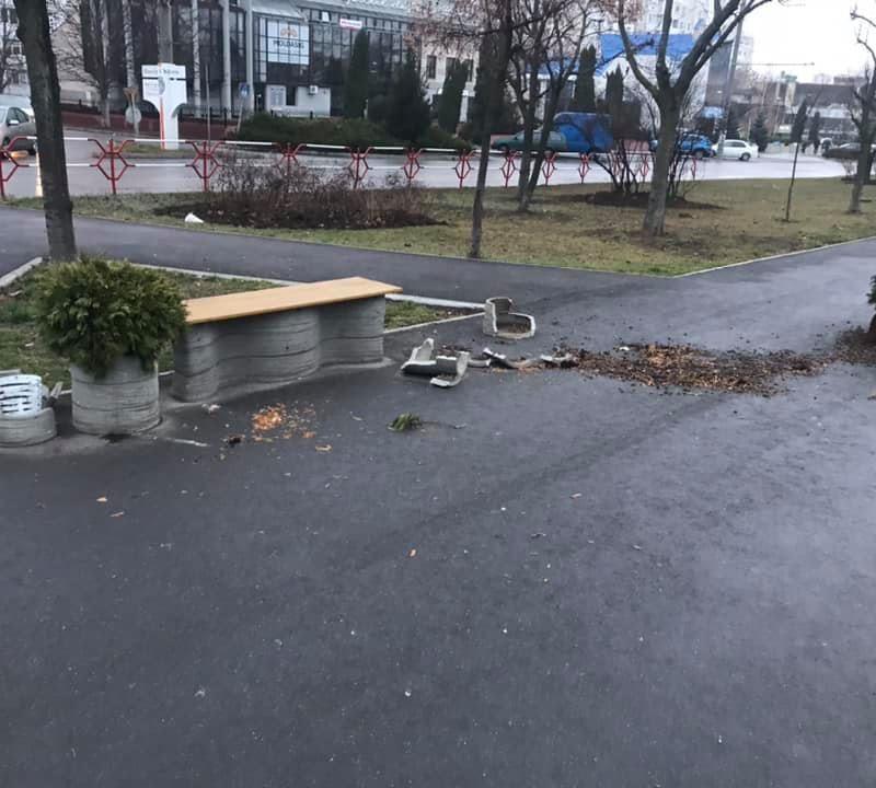 Вандалы разгромили городскую мебель на Чеканах: полиция ищет злоумышленников