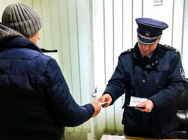 На КПП задержали жителя Леова с фальшивыми правами