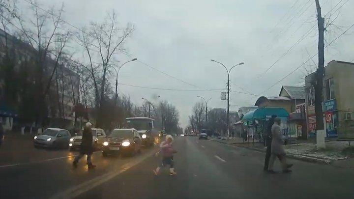 В Унгенах мать с ребёнком едва не угодили под колёса авто (ВИДЕО)