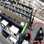 """Женщина """"замела следы"""" кражи утюга с витрины, прихватив с собой табличку с описанием товара и подставку (ВИДЕО)"""