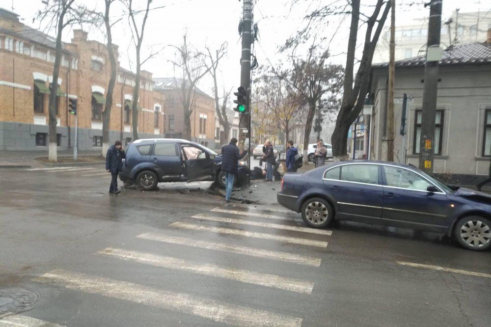 В центре столицы водитель врезался в столб (ФОТО)