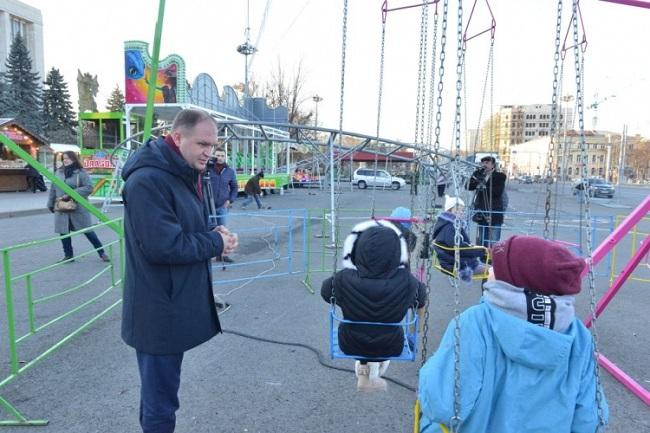 Ион Чебан проинспектировал мини-парк развлечений на центральной площади (ФОТО)