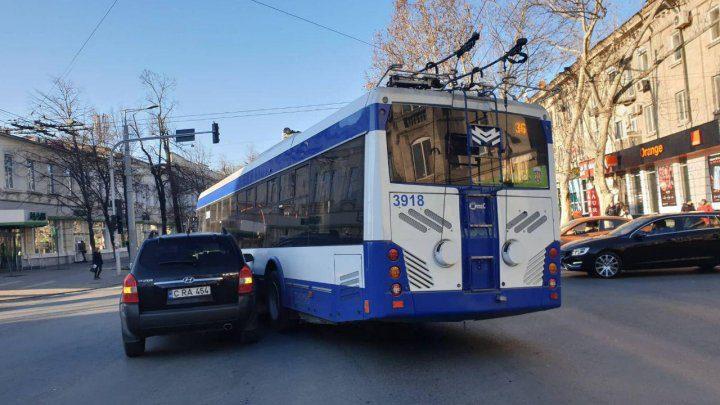 И снова ДТП: автомобиль столкнулся с троллейбусом (ФОТО)