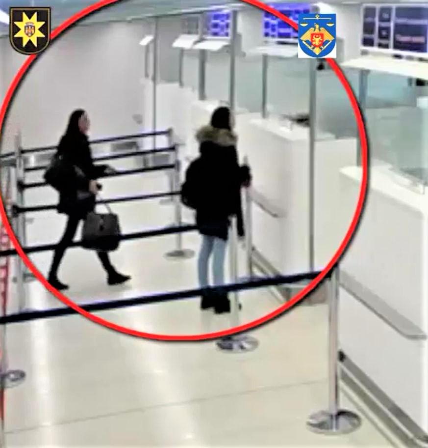 """Вербовала наивных молдаванок и отправляла на """"работу"""" в Германию: в аэропорту задержали подозреваемую в торговле людьми (ФОТО, ВИДЕО)"""