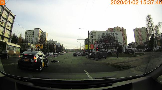 В столице таксист насмерть сбил женщину: момент попал на камеру (ВИДЕО 18+)