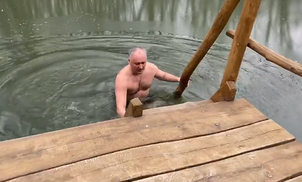 Президент по традиции принял участие в крещенских купаниях (ВИДЕО)