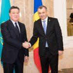 Премьер-министр обсудил возможности социально-экономического сотрудничества с казахстанским коллегой
